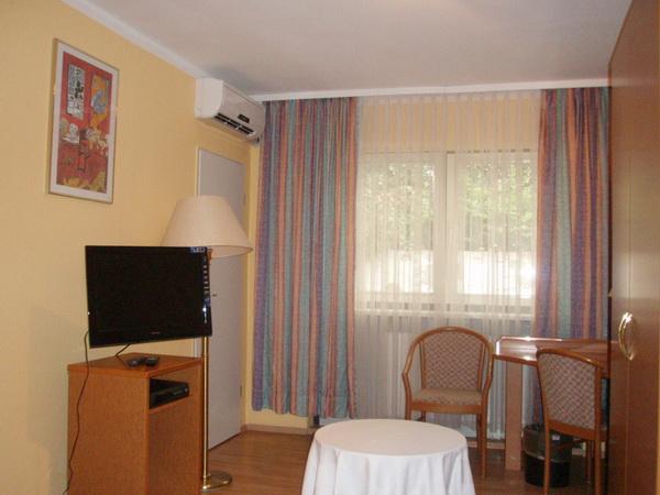 Zimmer mit Flachbildfernseher im preiswerten Hotel Ottersleben